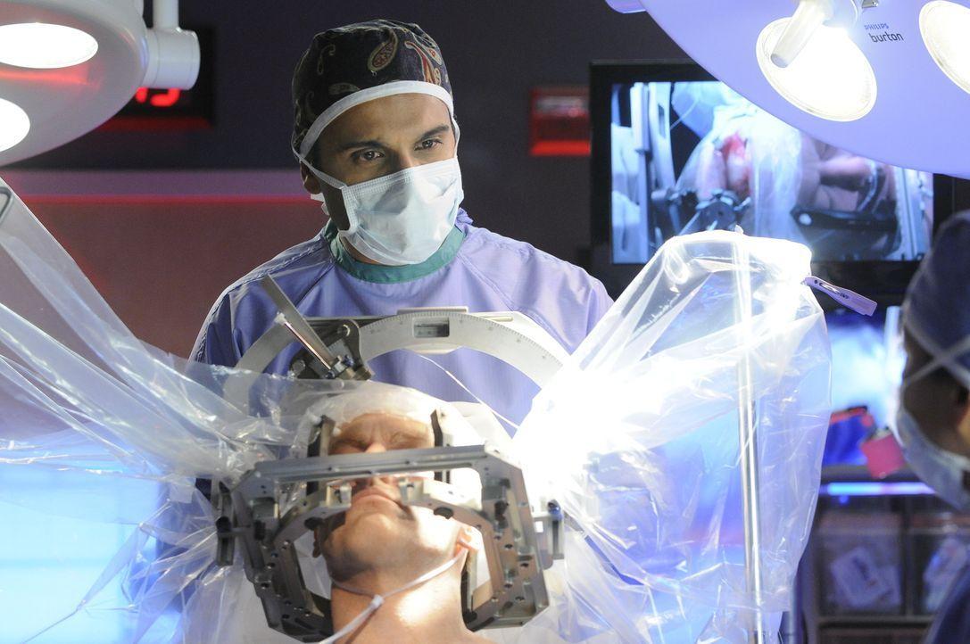 Kann Dr. Shahir Hamza (Huse Madhavji, hinten) Dr. Charlie Harris (Michael Shanks, vorne) ins Leben zurückholen? - Bildquelle: 2013 NBC Studios, LLC