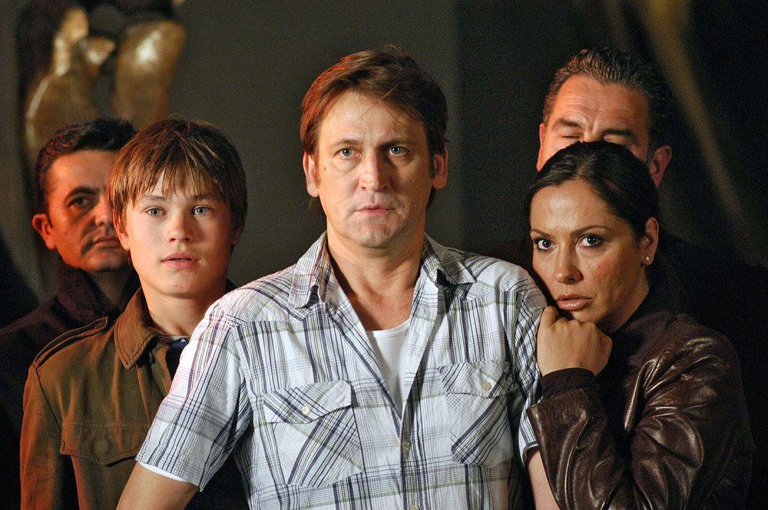 Familie Engel - (v.l.n.r.) Sohn Marc (Christopher Reinhardt), Vater Rainer (Ingo Naujoks), Mutter Karin (Simone Thomalla) - geraten in ein teuflisch... - Bildquelle: Sat.1