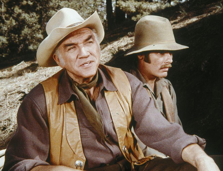 Ben Cartwright (Lorne Greene, l.) nimmt den heruntergekommenen Mathew Rush (Dean Stockwell, r.) auf. Dieser hatte während des Bürgerkrieges auf der... - Bildquelle: Paramount Pictures
