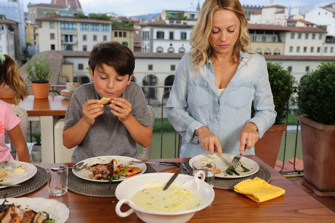 Auch Giadas Schwester (r.) hilft zum Gedenken an ihren an Krebs verstorbenen Bruder Dino mit inige Gerichte zu zubereiten... - Bildquelle: 2016,Television Food Network, G.P. All Rights Reserved