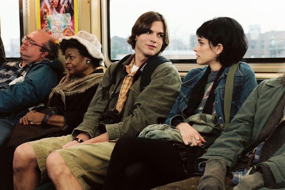 Als der biedere Oliver (Ashton Kutcher, 3.v.l.) in New York mit seiner Kamera auf Sightseeing-Tour geht, läuft ihm Punkerin Emily (Amanda Peet, r.)... - Bildquelle: Ben Glass & Demmie Todd Touchstone Pictures. All rights reserved