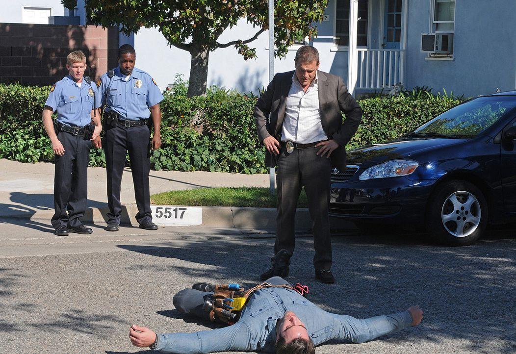 Als Officer Lee Scanlon (David Cubitt, r.) den verdächtigen Jeremy Kiernan (Pablo Schreiber, liegend) verfolgt, wird dieser von einem Auto erfasst u... - Bildquelle: Paramount Network Television