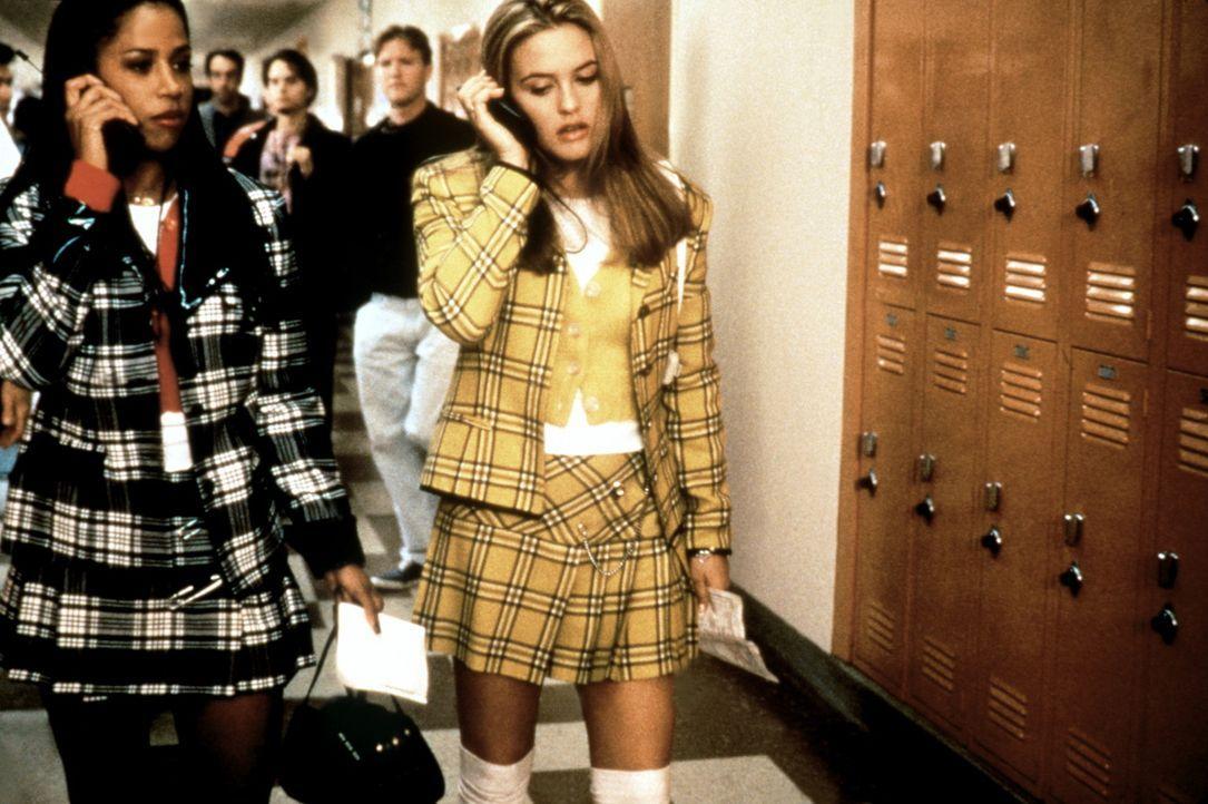 Verkehren meist per Handy miteinander bei der Planung ihrer abendlichen Dates: Dionne (Stacey Dash, l.) und Cher (Alicia Silverstone, r.) ... - Bildquelle: Paramount Pictures