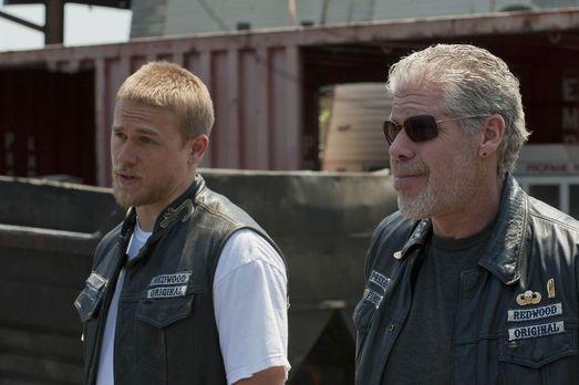 Sons of Anarchy - Jax (Charlie Hunnam) stellt Clay (Ron Perlman) eine Bedingu...