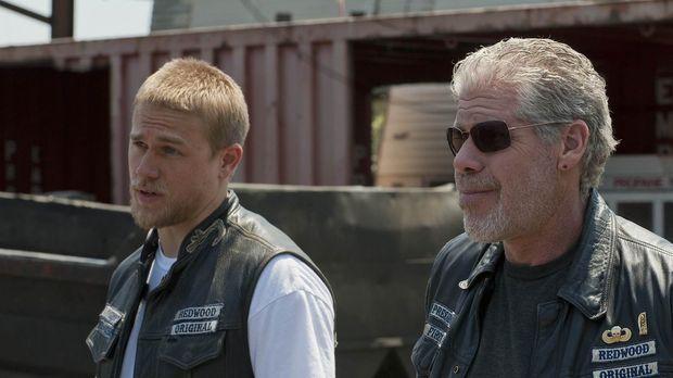 Jax (Charlie Hunnam) stellt Clay (Ron Perlman) eine Bedingung, die für große...