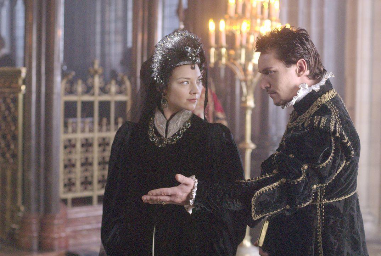 Anne (Natalie Dormer, l.) schöpft schnell Verdacht, als Lady Seymour an den Hof kommt, das ihr Ehemann Henry (Jonathan Rhys Meyers, r.) ein besonder... - Bildquelle: 2008 TM Productions Limited and PA Tudors II Inc. All Rights Reserved.