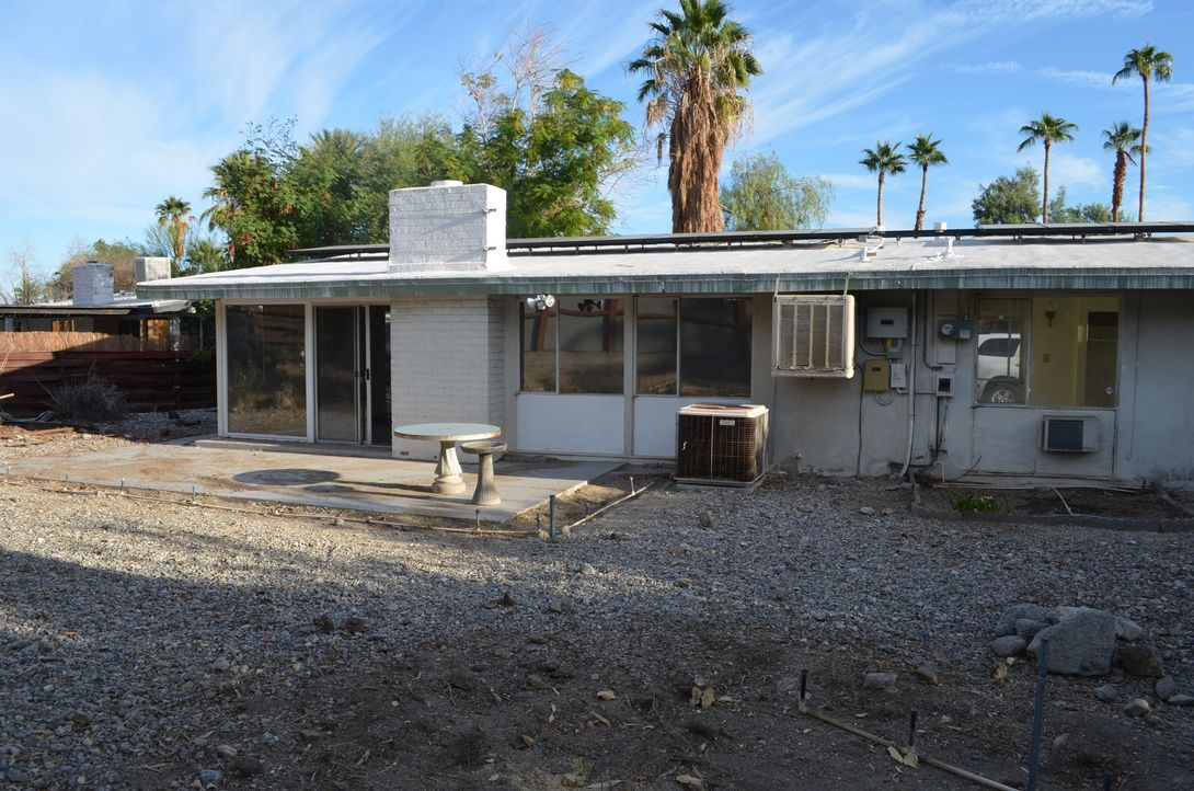 Die Super-Makler wollen aus diesem heruntergekommenen Haus in Palm Springs eine Luxusimmobilie machen ... - Bildquelle: 2017,HGTV/Scripps Networks, LLC. All Rights Reserved