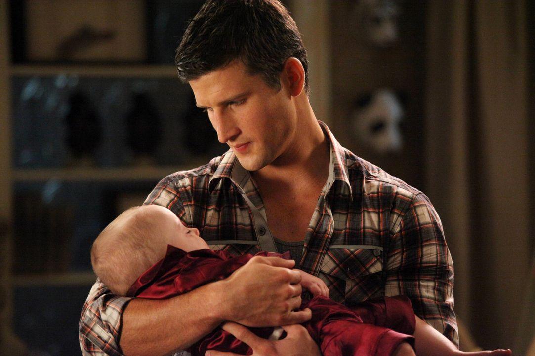 Steht Tessa beim Babysitten bei: Ryan (Parker Young) ... - Bildquelle: Warner Brothers