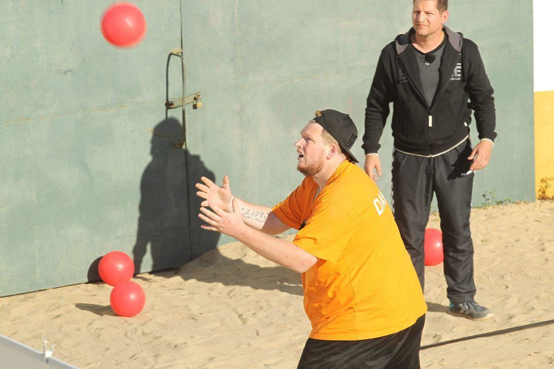 Trainer Ramin (r.) fiebert bei Daniels (l.) Fangversuchen mit ... - Bildquelle: Enrique Cano Sat.1
