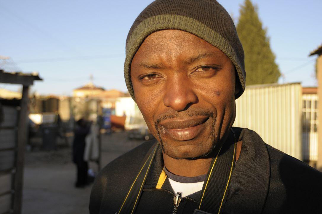 Gemeinsam mit dem lokalen Journalisten Golden Mitka (Bild), wagt sich Reporter Krishnan Guru-Murthy ins südafrikanische Johannesburg und trifft sich... - Bildquelle: Quicksilver Media 2012