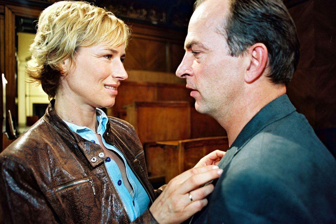 Gegensätze ziehen sich an! So ist es bei Eva Blond (Corinna Harfouch, l.) und ihrem Mann Professor Richard Vester (Herbert Knaup, r.). - Bildquelle: Sat.1