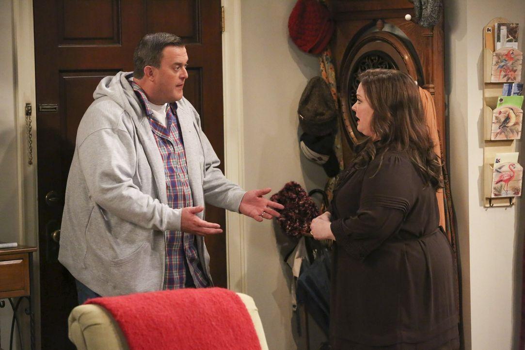 Gönnt er ihr den Erfolg etwa nicht? Mike (Billy Gardell, l.) ist nicht begeistert davon, dass Molly (Melissa McCarthy, r.) an einem renommierten ach... - Bildquelle: Warner Brothers