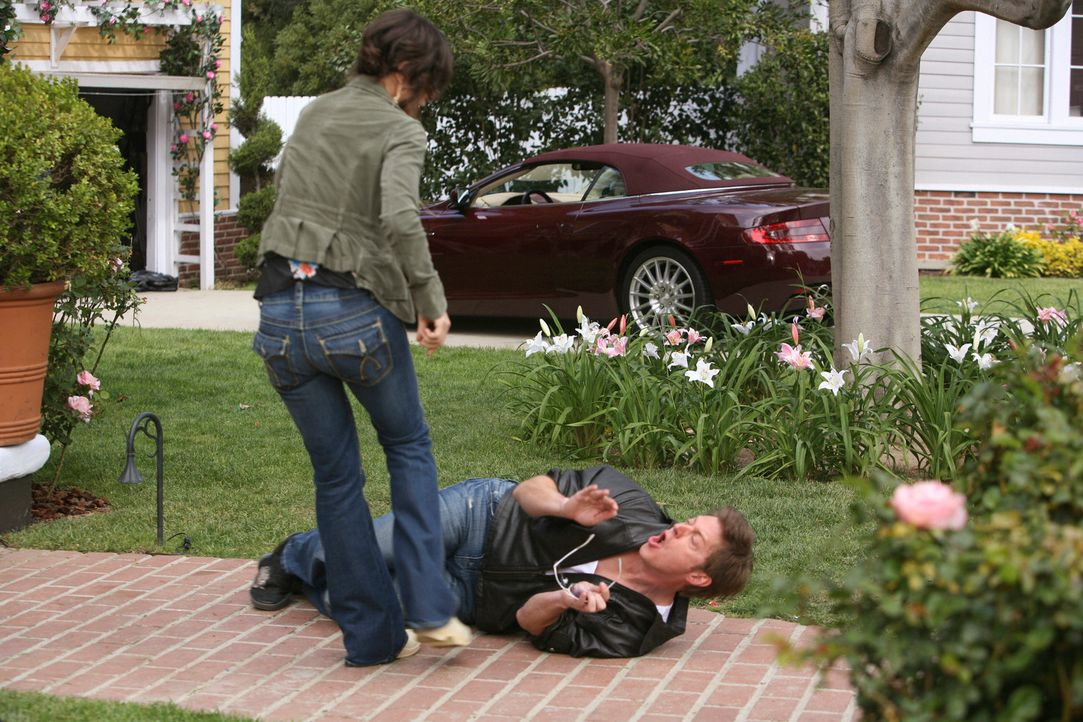 Lee (Kevin Rahm, liegend) gibt sich als Freier aus, um herauszufinden, ob Ellie (Justine Bateman, l.) wirklich eine Prostituierte ist - doch der Pla... - Bildquelle: ABC Studios