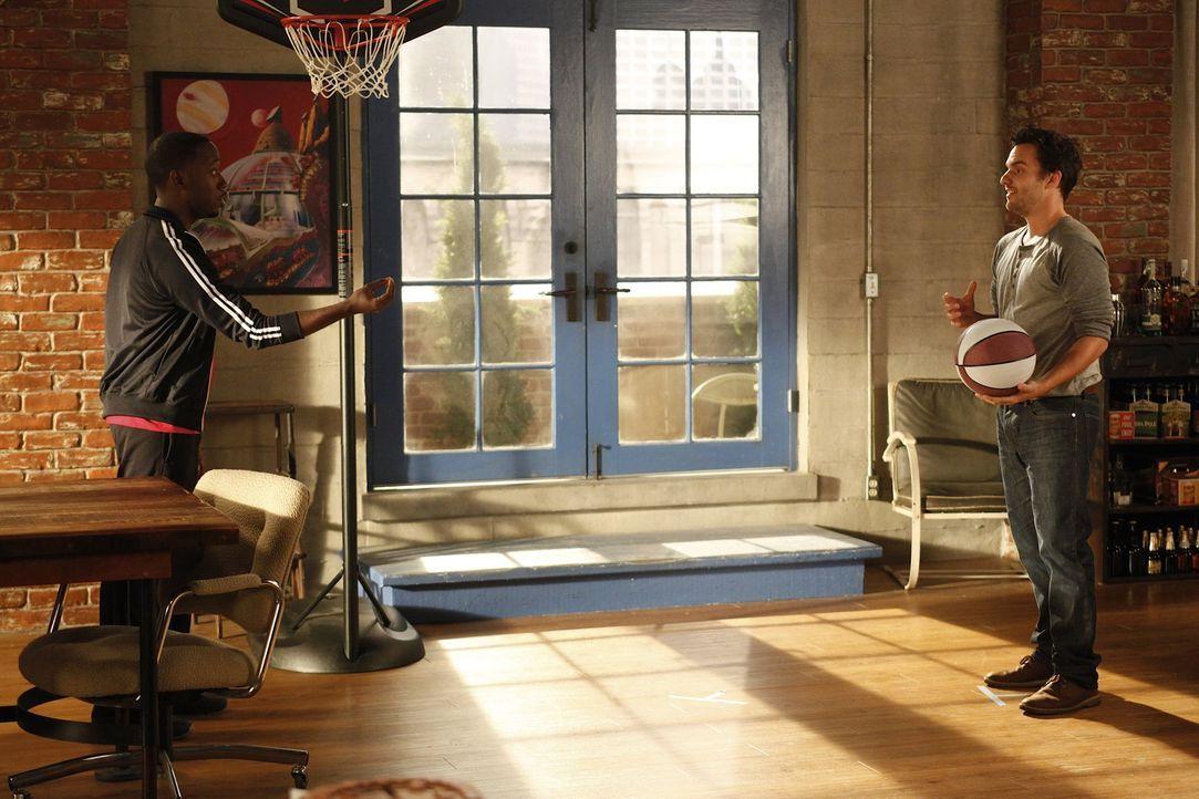 Winston (Lamorne Morris, l.) kehrt in die WG zurück, und versucht nun, sein altes Zimmer von Schmidt zurückzubekommen. Doch Nick (Jake M. Johnson,... - Bildquelle: 20th Century Fox