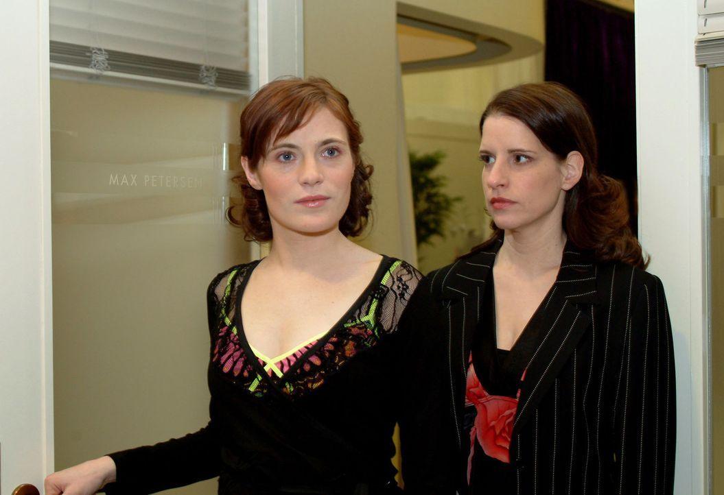 Inka (Stefanie Höner, r.) kann es nicht fassen, als sie Britta (Susanne Berckhemer, l.) auf dem Weg zum Bewerbungsgespräch trifft. Wie kann es sei... - Bildquelle: Sat.1