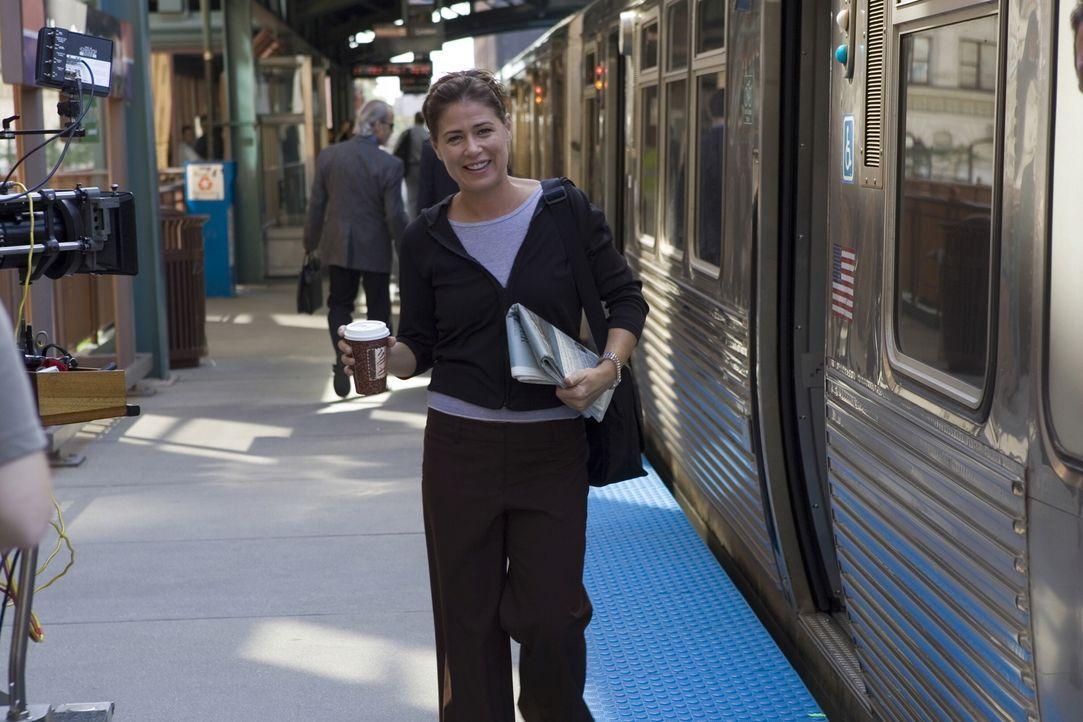 Abby (Maura Tierney) beobachtet beim aussteigen der S-Bahn, wie eine der jungen Frauen, die sich zuvor über ihr praktisches Schuhwerk lustig gemacht... - Bildquelle: Warner Bros. Television