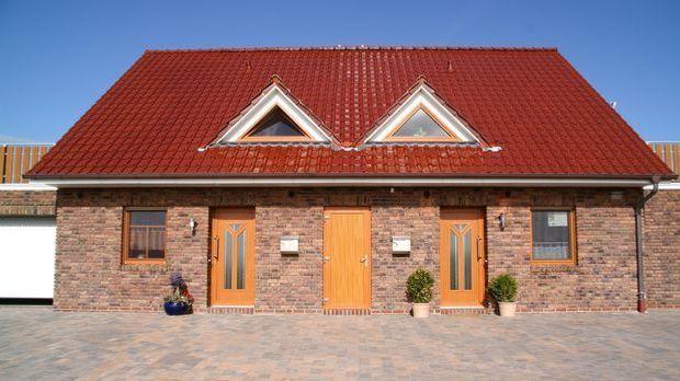 Zweifamilienhaus_kaufen_Doppelhaus_Dach_rot_Fotolia-Anne Katrin Figge_4460196