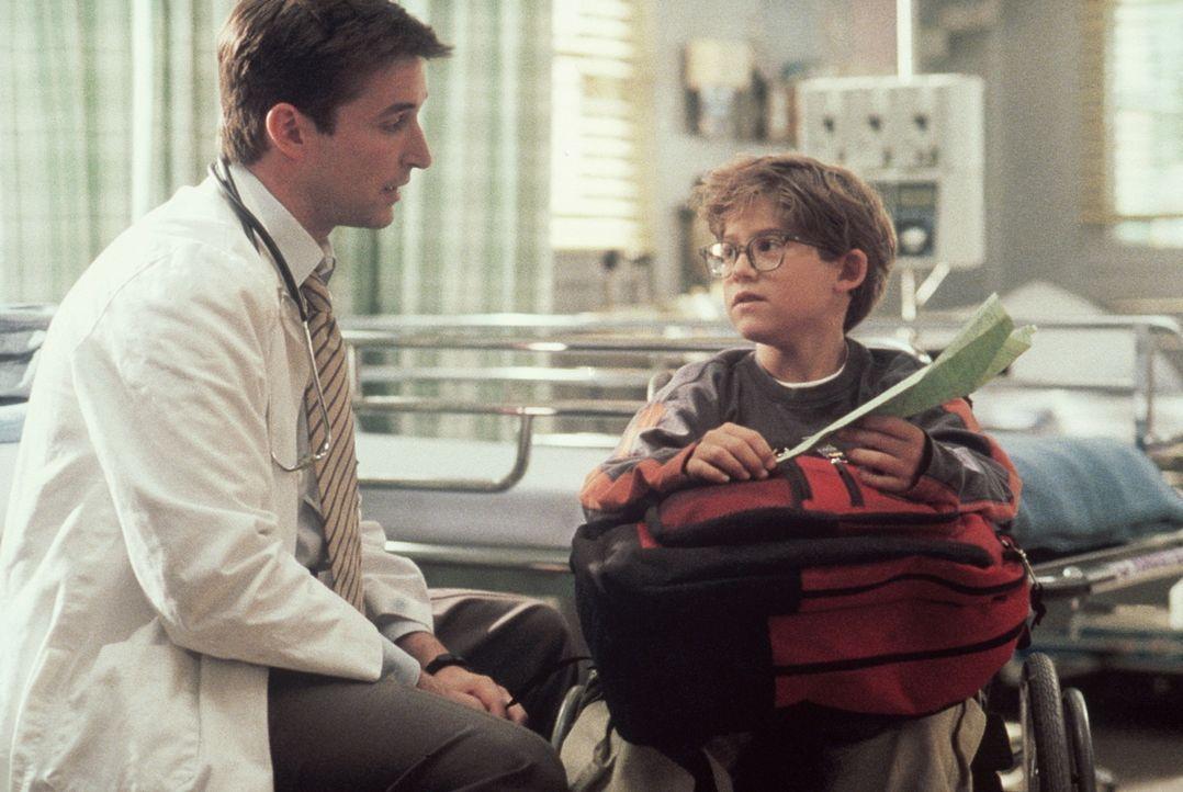 Der querschnittgelähmte Dennis (Demetrius Navarro, r.) schenkt Dr. Carter (Noah Wyle, l.) einen selbst gebastelten Papierflieger. - Bildquelle: TM+  2000 WARNER BROS.