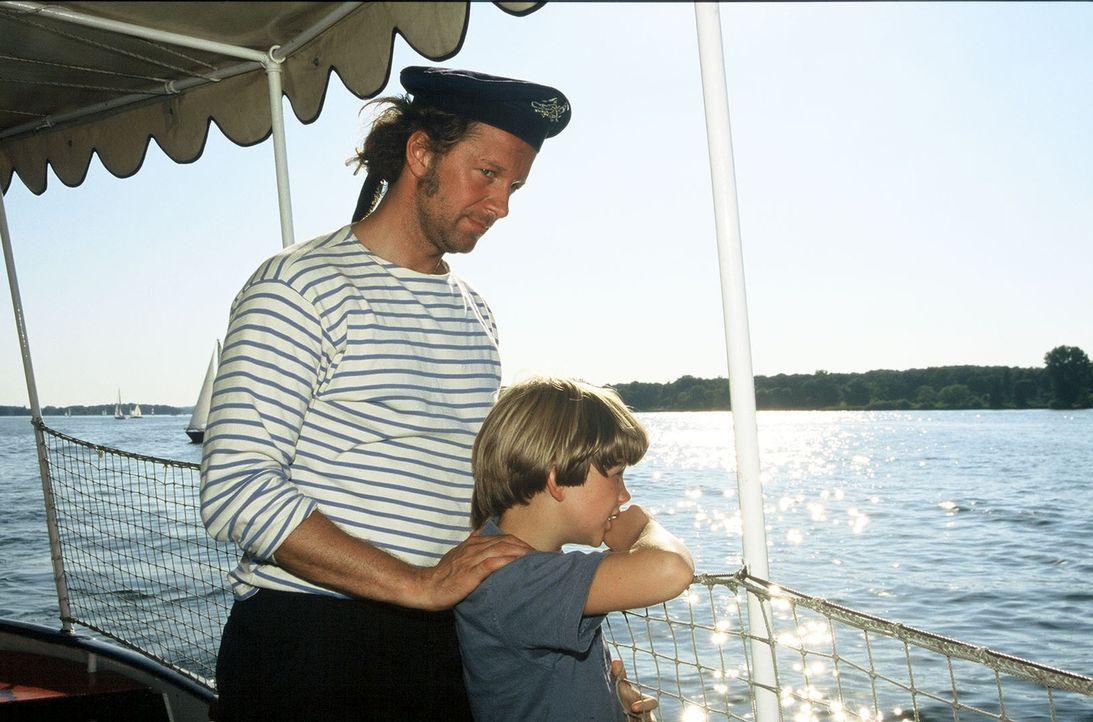Matrose Victor (Jochen Horst, l.) freut sich, dass David mit an Bord ist. - Bildquelle: Spitz Sat.1