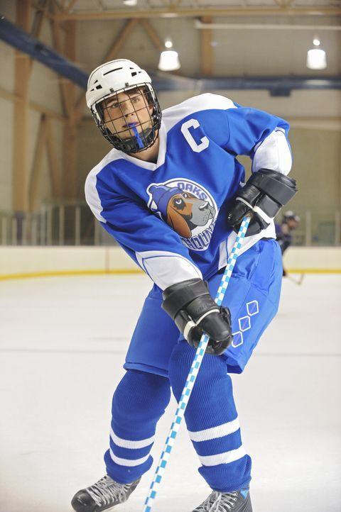 Unglücklicherweise denkt der überaus begabte Eishockeyspieler Alex (Hutch Dano) immer zuerst an sich. Eines Tages brummt ihm deshalb sein Trainer... - Bildquelle: Disney
