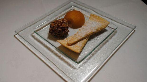 Apfel-Karamell-Fond an Pfannkuchen und Vanilleeis im Mandelmantel