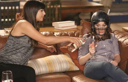 Jess (Zooey Deschanel, r.) gesteht Cece (Hannah Simone, l.), dass sie einen S...