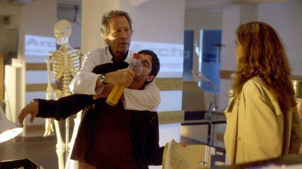 Der Chefarzt der Privatklinik, Dr. Diederhoff (Hartmut Becker, l.), versucht...