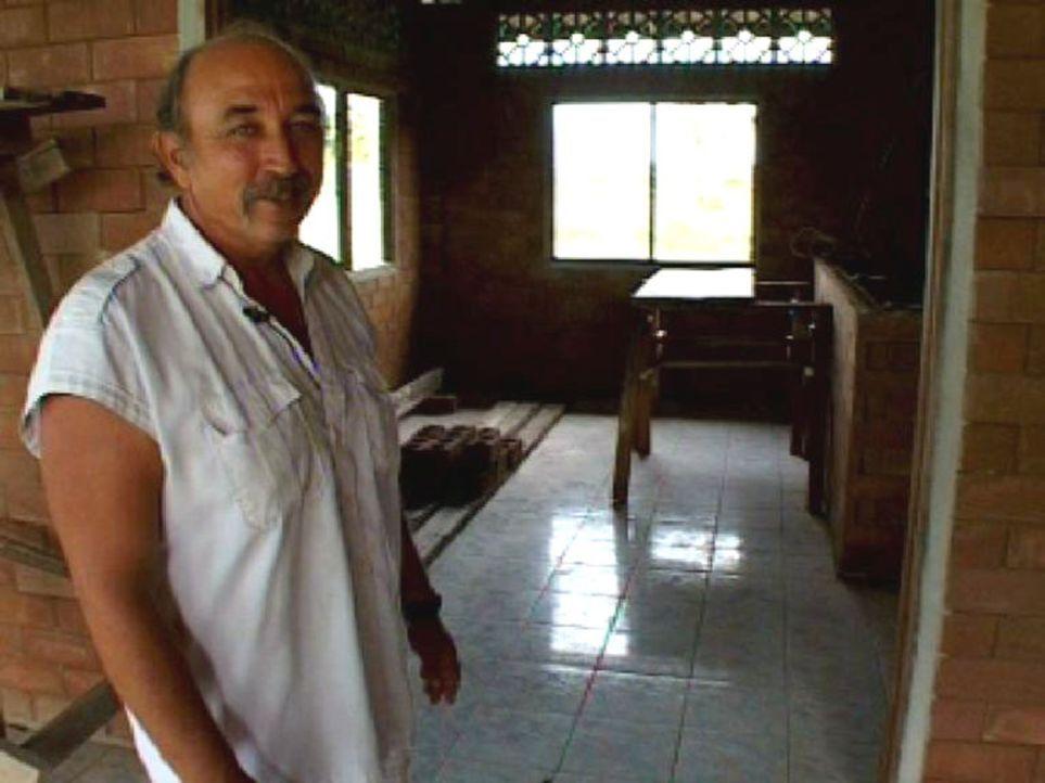 Ludwig, genannt Thailand-Joe, besichtigt die Baustelle seines wiedererbauten Restaurants. - Bildquelle: Sat.1