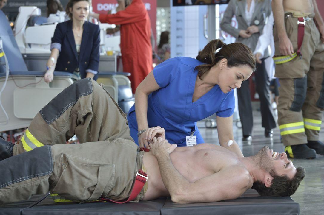 Kann Alex (Erica Durance, oben) dem Feuerwehrmann Travis Bain (Harmon Walsh, unten) noch helfen? - Bildquelle: 2013  Hope Zee Two Inc.
