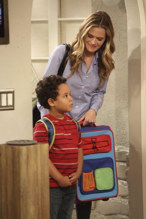 Miss McMartin (Maggie Lawson, r.) bringt Louis (Edan Alexander, l.) zu seinen neunen Pflegeeltern Walden und Alan. Ein neues Leben beginnt ... - Bildquelle: Warner Brothers Entertainment Inc.