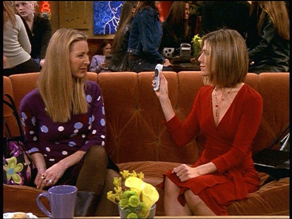 Ein gutaussehender Mann hat im Café sein Handy liegenlasssen. Phoebe (Lisa Kudrow, l.) und Rachel (Jennifer Aniston, r.) streiten sich darum, wer e... - Bildquelle: TM+  2000 WARNER BROS.