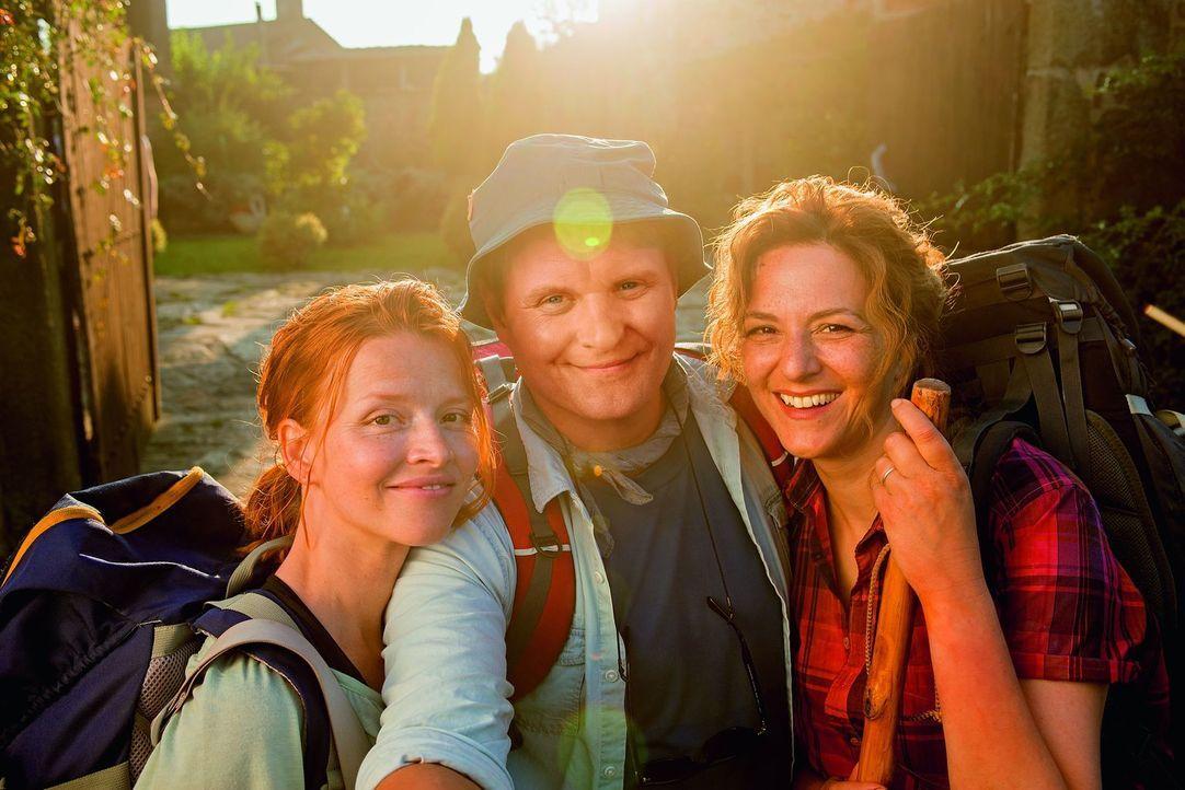 Auf seinem Weg zu sich selbst trifft Hape (Devid Striesow, M.) andere Pilgerer, die den Camino aus ihren ganz eigenen Motiven beschreiten: die bissi... - Bildquelle: Warner Brothers