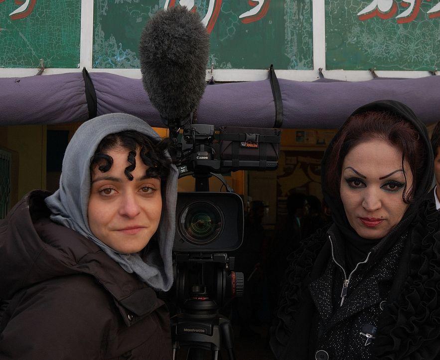 Reporterin Kleeman (l.) in Kabul: Die mutige Saba (r.) ist entschlossen, den Fundamentalisten Paroli zu bieten und steht für Recht und Gesetz. - Bildquelle: Quicksilver Media 2012