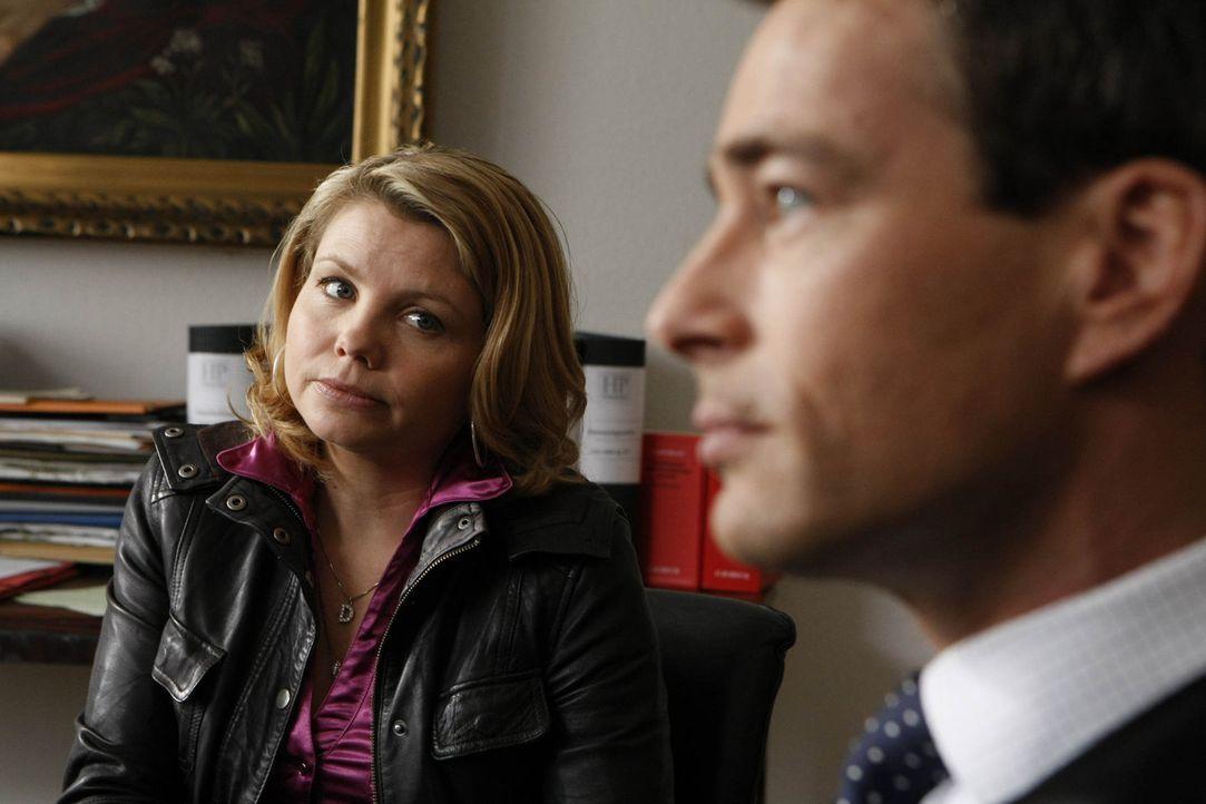 Da Danni (Annette Frier, l.) vor Gericht ausgerastet ist, fordert Richterin Matthias sie auf, sich einen Anwalt zu suchen. Oliver (Jan Sosniok, r.)... - Bildquelle: SAT.1
