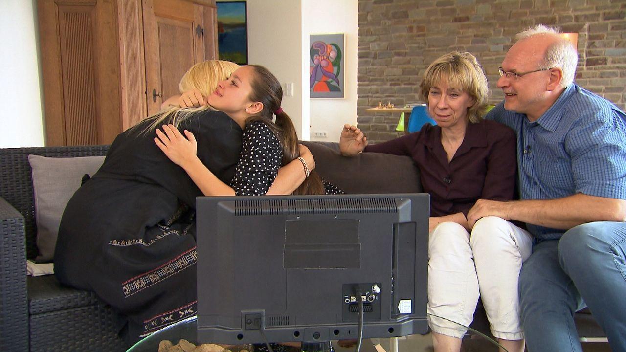 2003 adoptierten Beate (2.v.r.) und Stefan (r.) die damals dreijährige Melanie (2.v.l.) aus Bulgarien. Inzwischen ist Melanie ein Teenager und sehnt... - Bildquelle: SAT.1