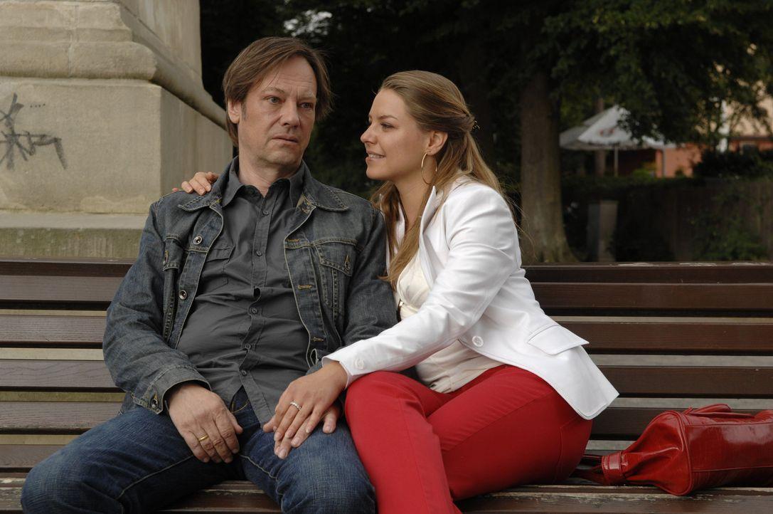 Katja (Karolina Lodyga, r.) kümmert sich rührend um ihren Vater (Rainer Will, l.), der sehr niedergeschlagen ist ... - Bildquelle: Sat.1