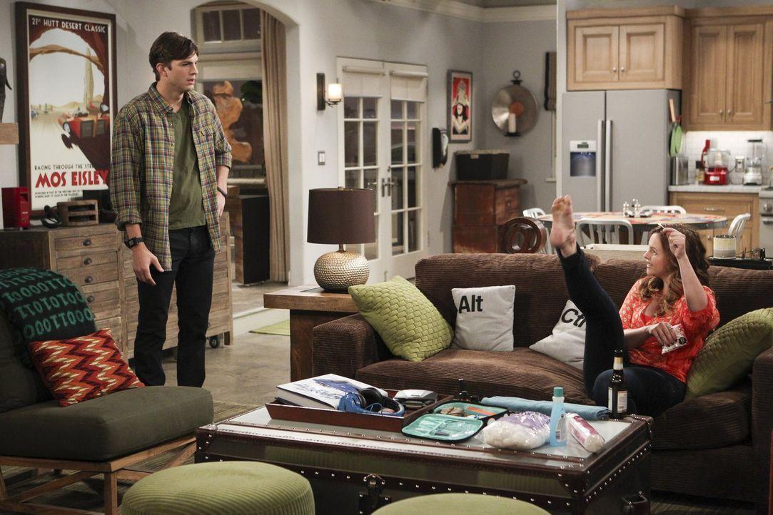 Während sich Alan mit Lyndseys neuem Freund anfreunden möchte, hilft Walden (Ashton Kutcher, l.) Jenny (Amber Tamblyn, r.) dabei, größeren Ehrgeiz f... - Bildquelle: Warner Bros. Television