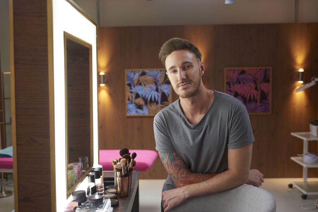 (1. Staffel) - Als Make-up Artist  weiß Alex ganz genau, wie man mit einigen geschickten Handgriffen wahre Wunder vollbringen kann ... - Bildquelle: Studio Lambert & all3media Int.