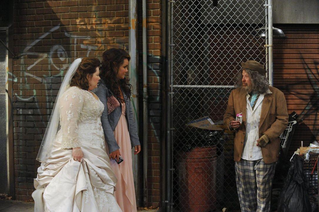 Endlich ist der große Tag da - und alles scheint schiefzulaufen! Mollys (Melissa McCarthy, l.) Hochzeitsfrisur ist eine Katastrophe, die Limousine w... - Bildquelle: Warner Brothers