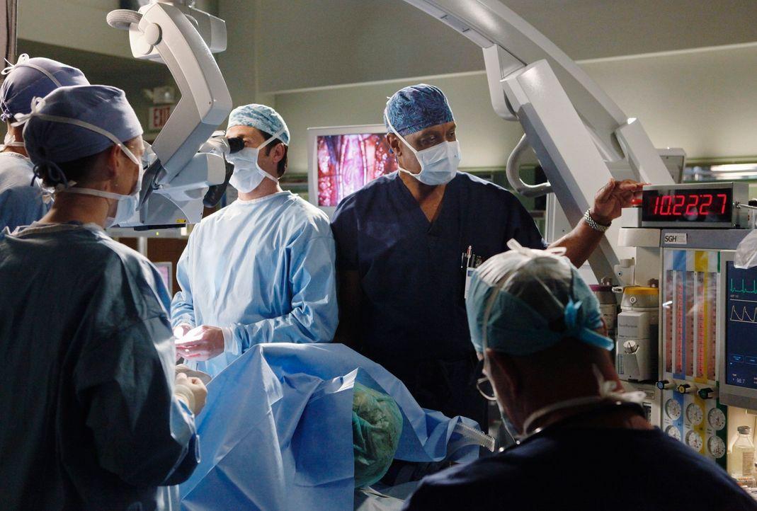 Nach über 26 Stunden gelingt die Operation und Derek (Patrick Dempsey, M.) kann den Tumor vollständig entfernen. Er geht zu Webber (James Pickens, J... - Bildquelle: Touchstone Television