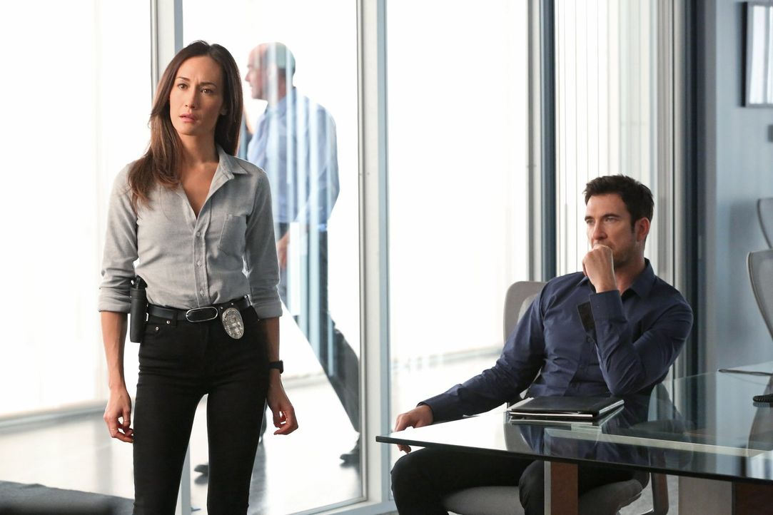 Nachdem zwei wahllos Ausgesuchte zum Opfer furchteinflößender Angriffe wurden, macht sich das Team um Jack (Dylan McDermott, r.) und Beth (Maggie Q,... - Bildquelle: Warner Bros. Entertainment, Inc.