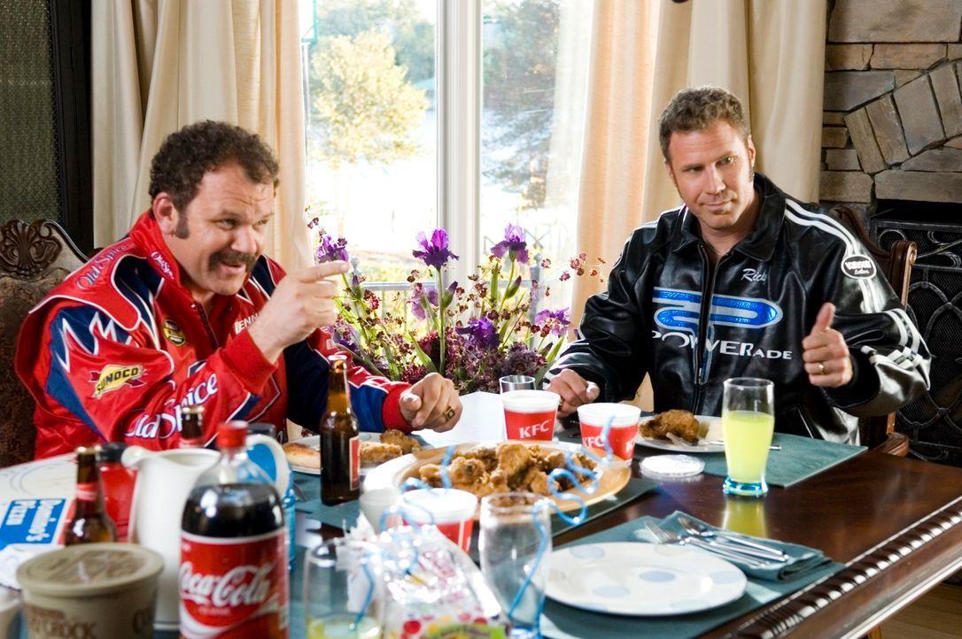 Cal Naughty (John C. Reilly, l.) und Ricky Bobby (Will Ferrell, r.) sind beste Freunde. Bis zu dem Tag, an dem Ricky über Nacht zum gefeierten Rennf... - Bildquelle: Copyright   2006 Sony Pictures Television International.