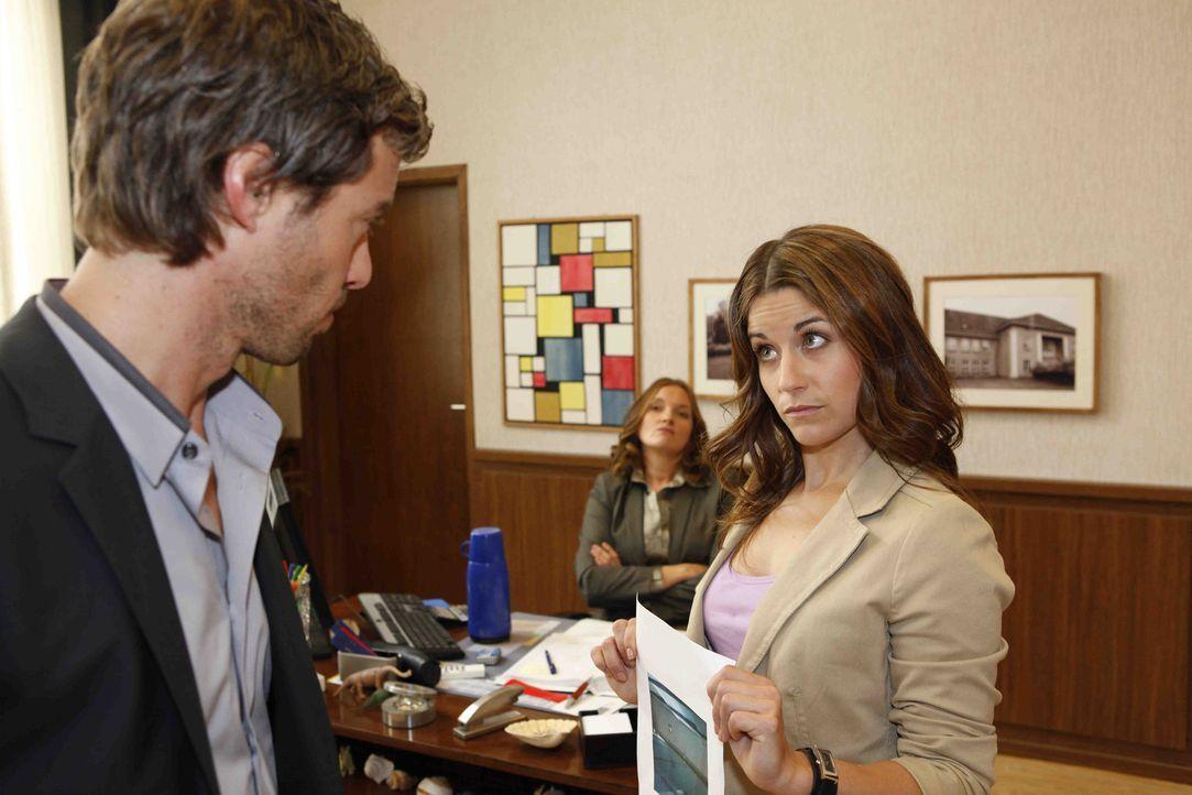 Als sich Bea (Vanessa Jung, r.) für Luzi einsetzt, setzt Julian (Sebastian Hölz, l.) Gabriele (Marie Schneider, M.) wegen ihrer Bestrafung unter D... - Bildquelle: David Saretzki SAT.1