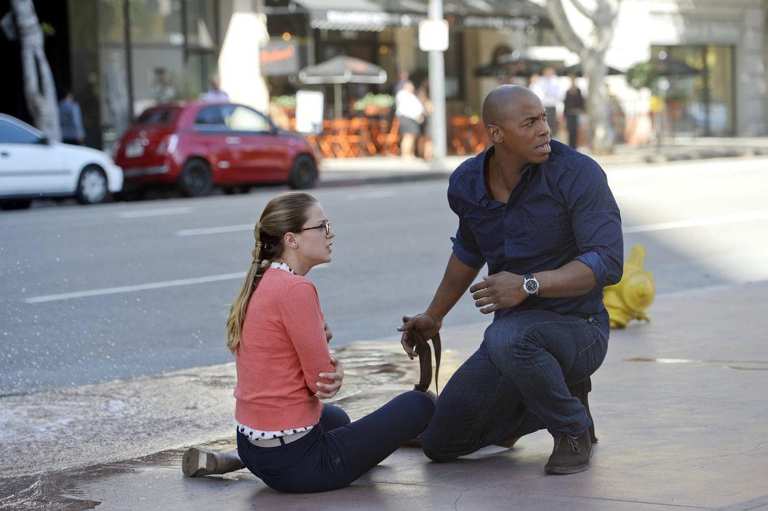 Während es Alex mit einem Alien zu tun bekommt, versuchen Kara (Melissa Benoist, r.) und James (Mehcad Brooks, l.) den Opfern eines schweren Erdbebe... - Bildquelle: 2015 Warner Bros. Entertainment, Inc.