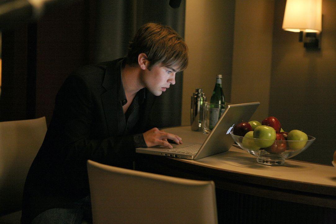 Nate (Chace Crawford) macht eine erschreckende Entdeckung: das Konto ist leer ... - Bildquelle: Warner Brothers