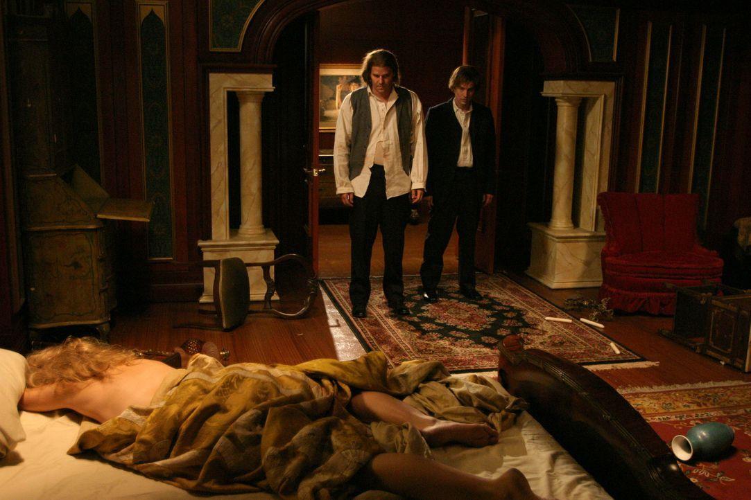 """Angel (David Boreanaz, M.) und Spike (James Marsters, r.) müssen mit Schrecken erkennen, dass sich ihr Erzfeind """"Der Ewige"""" an Darla (Julie Benz, l.... - Bildquelle: The WB Television Network"""
