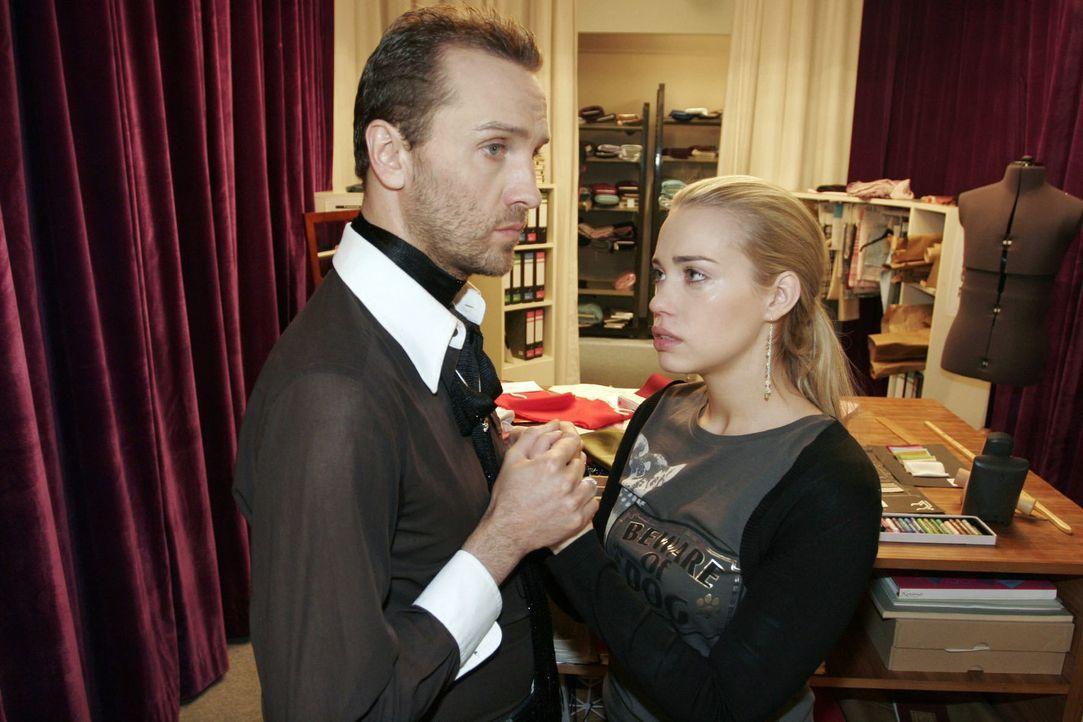 Kim (Lara-Isabelle Rentinck, r.) glaubt nicht mehr daran, dass David noch lebt. Hugo (Hubertus Regout, l.) versucht sie zu beruhigen. - Bildquelle: Noreen Flynn Sat.1