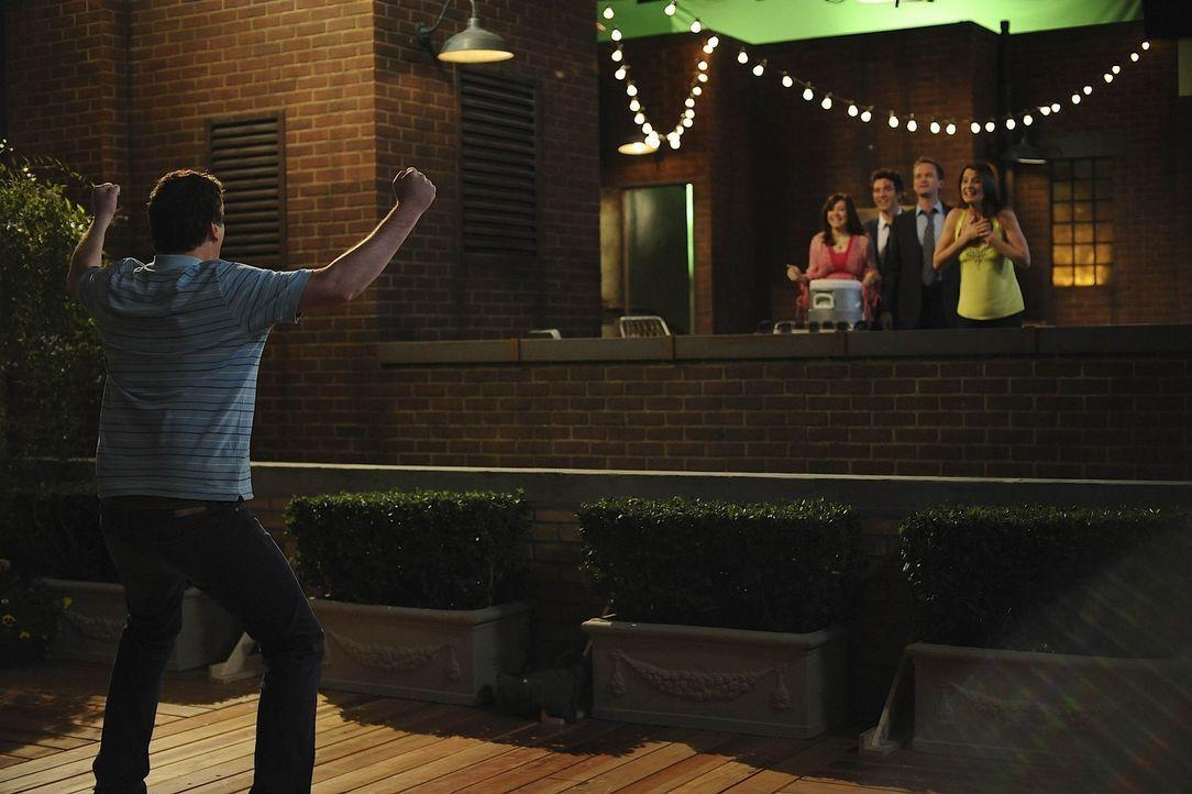 Marshall (Jason Segel, l.) hat es endlich geschafft, seine Angst zu überwinden. Ted (Josh Radnor, M.), Barney (Neil Patrick Harris, 2.v.r.), Lily (... - Bildquelle: 20th Century Fox International Television