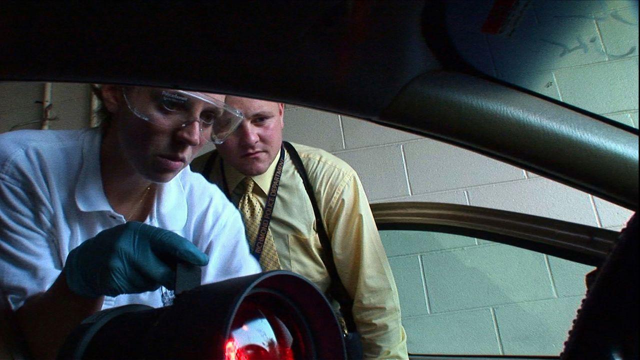 In seinem ersten Mordfall steht Detective Shane Waite (hinten) vor vielen ungelösten Fragen und kann sich neben seinen Instinkten nur auf die Ergebn... - Bildquelle: A&E Television Networks