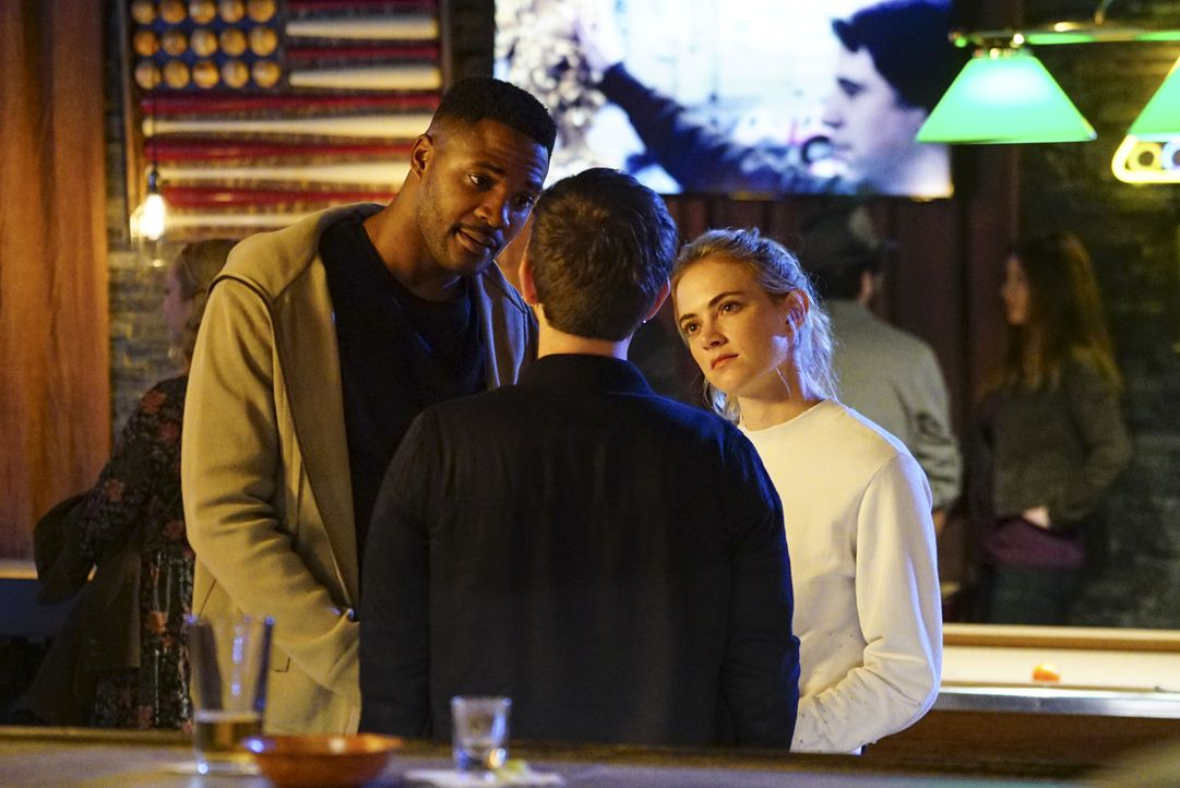 Als ein Obermaat ermodert wird, setzen Officer Clayton Reeves (Duane Henry, l.) und Agent Eleanor Bishop (Emily Wickersham, r.) alles daran, herausz... - Bildquelle: 2017 CBS Broadcasting, Inc. All Rights Reserved.